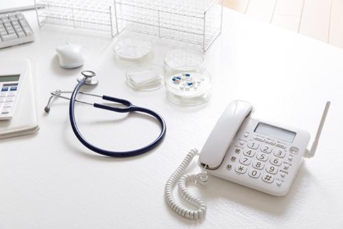 電話と聴診器の写真